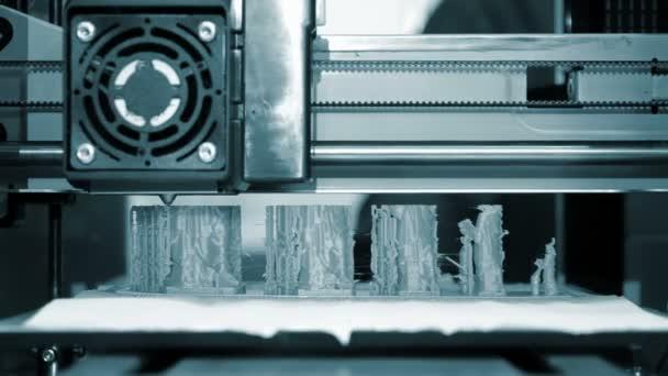 Tisk 3D tiskáren modrého formuláře detailně