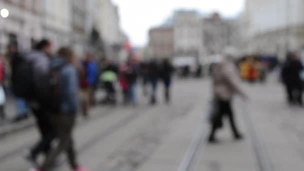 Sokak meydanındaki birçok kişinin Odaklanamadığı Bulanık Arkaplan