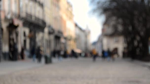 Abstraktní rozostřené rozmazané pozadí mnoha lidí na náměstí