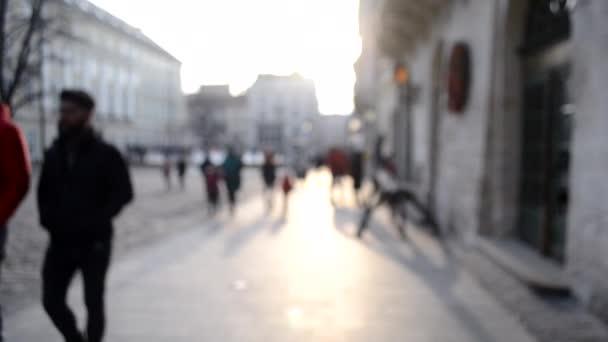 Rozmazané pozadí mnoha lidí na ulici náměstí města.