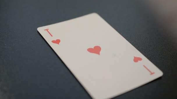 ACE o srdce na černém pozadí hd slow motion záběry