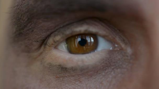 Špinavé mužské oko bliká zblízka