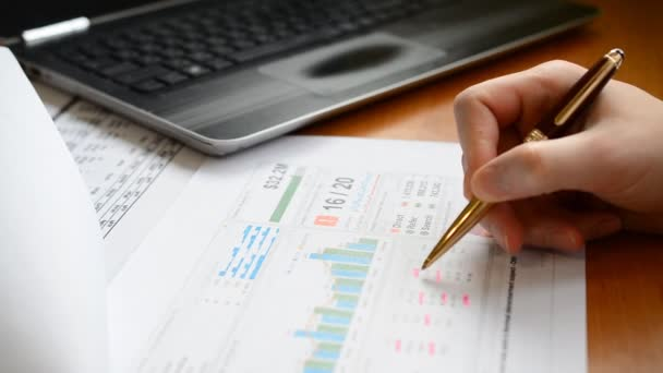 Podnikatel pracuje a čte a píše tržní obchodní zprávy, Obchodní finanční účetnictví koncepce.