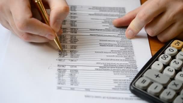 Podnikatel pracující v kanceláři a kalkulace financí