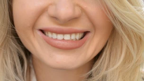 detailní blondýny vlasy žena úsměv široký s krásnými rty