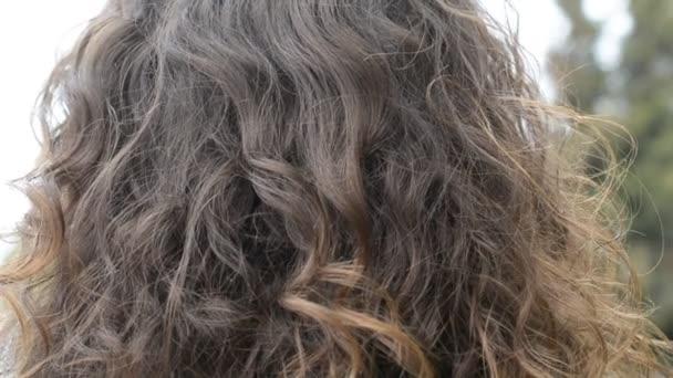 Roztomilá dívka s dlouhými hnědými vlasy Back view