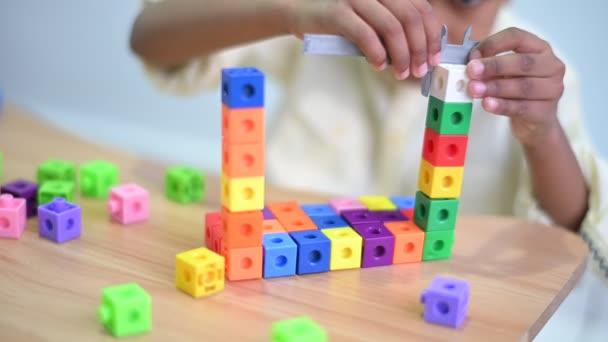Detailní záběr na ruce roztomilé malé asijské 6 let batole chlapec dítě baví hrát si s plastovými bloky uvnitř ve hře v obývacím pokoji, Vzdělávání hračky pro malé děti koncept