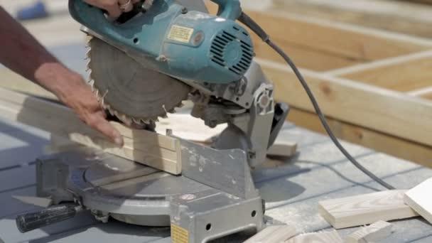 muž řezání dřevěné podlahy elektrickou pilou