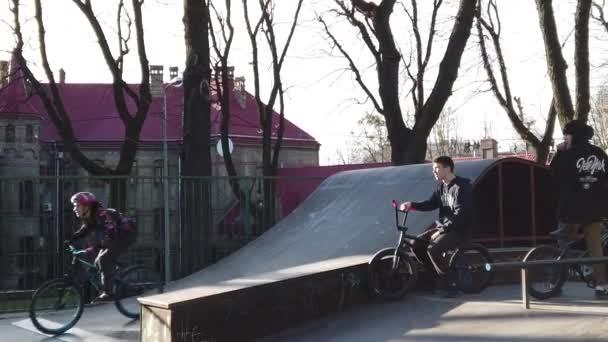 Lvov, Ukrajina - 22. února 2020: Městský veřejný skatepark, platforma pro cykloturistiku.