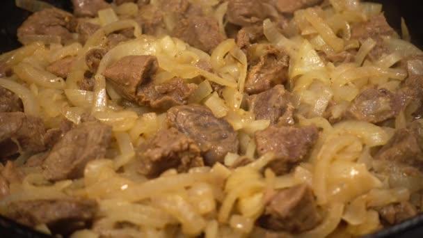 Příprava hovězího masa v litinové pánvi.