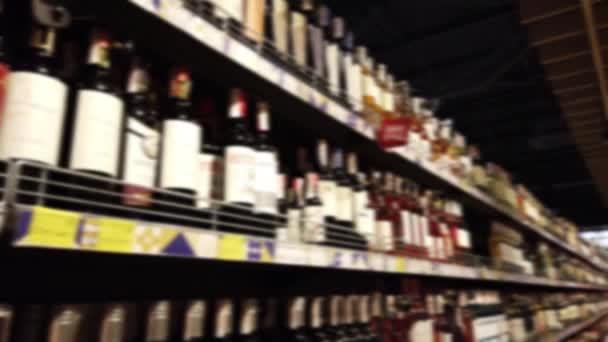 Lahvičky od vína v supermarketu. Rozostřeno.