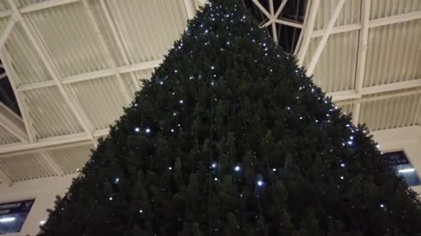 vánoční stromek v obchoďáku.