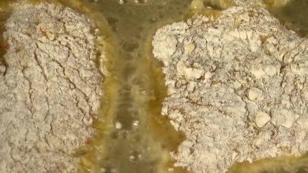 Příprava kuřecí kotlety na pánvi z litiny. Proces vaření.