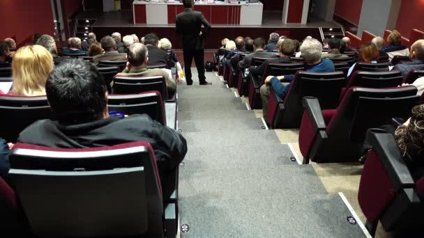 Seminar im Konferenzraum. Das Schießen auf Menschen und die Halle.