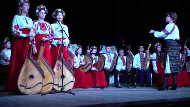 Lvov, Ukrajina - 10. listopadu2019: Lvov Bandur Fest2019. Vystoupení folkových kapel s využitím hudebního nástroje bandura.