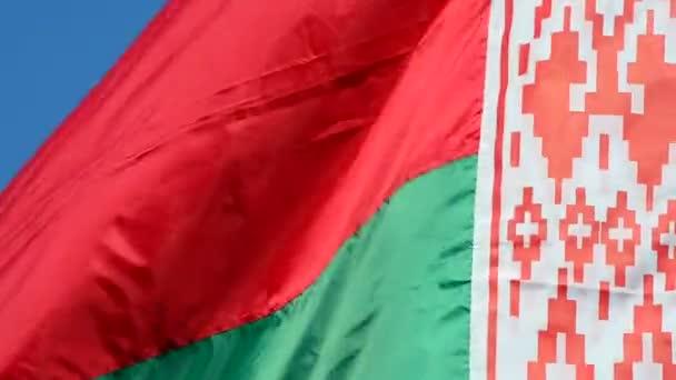 Flagge der Republik Weißrussland gegen den Himmel.