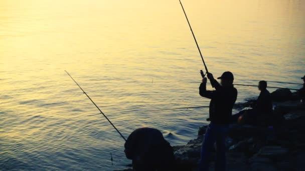 Rybář chytá ryby. Zpomalený pohyb.