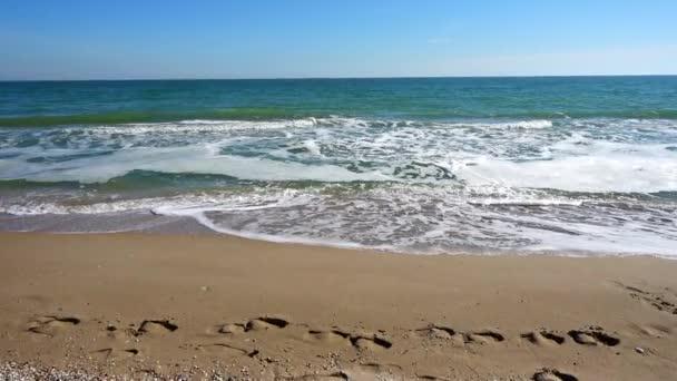 Tenger és part. Lövöldözés a parton. Lassú mozgás..