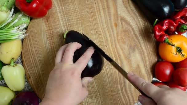 Kuchař nakrájí lilek. Příprava zeleniny.