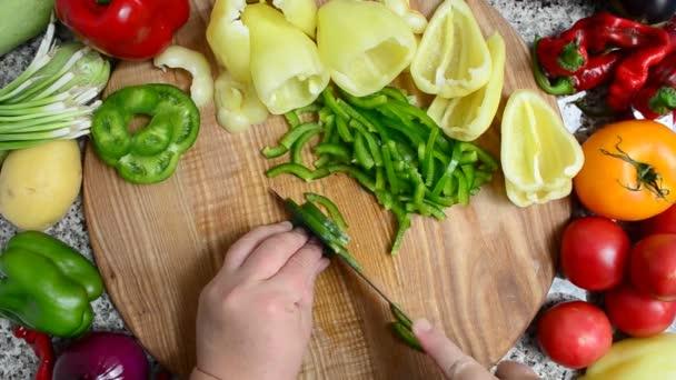 Kuchař krájí pepř. Příprava zeleniny.