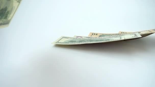 Dolarové bankovky padají. Pomalý pohyb. Střelba na peníze.
