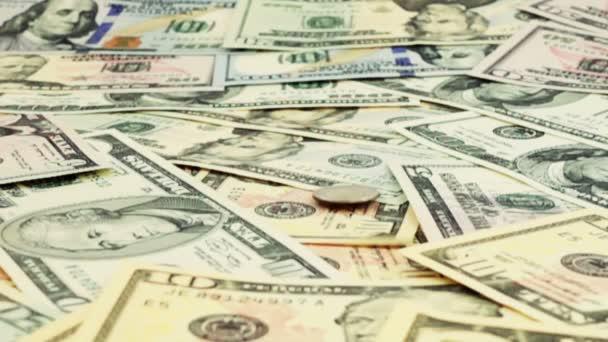 Mince USA padají na americké dolary. Pomalý pohyb. Střelba na peníze.