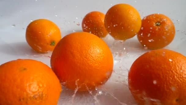 A szaftos narancs vízbe esése. Lassú mozgás..