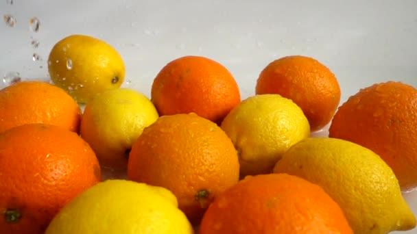 Szaftos narancs, citrom és fröccsenés. Lassú mozgás..