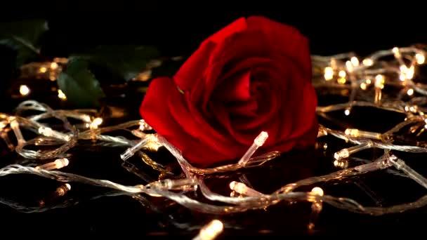 Rózsák és koszorúk fekete alapon.