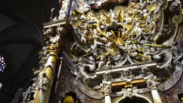 TOLEDO, SPANIEN - 30. MÄRZ 2018: Innenausbau der Primatenkathedrale Saint Mary. Altar der Kapelle der Transparente im Dom.