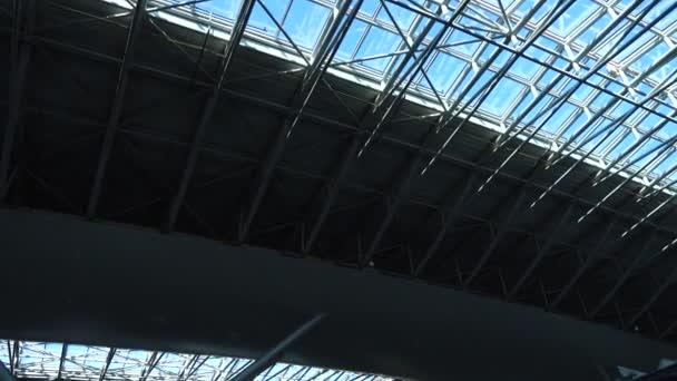 Střecha v terminálu letiště. Mezinárodní letiště Boryspil. Natáčení v pohybu.