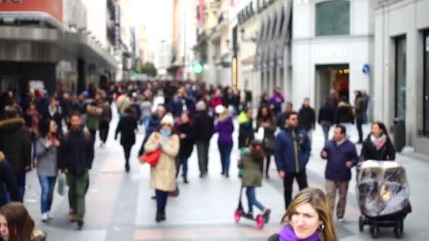 Neznámí lidé v ulicích Madridu. Zpomal. Rozostřeno.