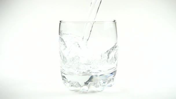 Voda se nalije do sklenice. Zpomal. 480 fps. Zpomalený pohyb.