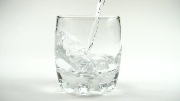 Voda se nalije do sklenice. Zpomal. 240 fps. Zpomalený pohyb.