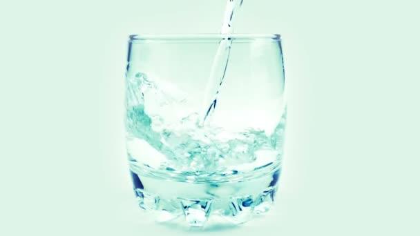 Wasser wird in ein Glas gegossen. Zeitlupe. 240 fps. Zeitlupe.