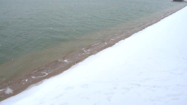 Sníh a moře. Zpomalený pohyb.