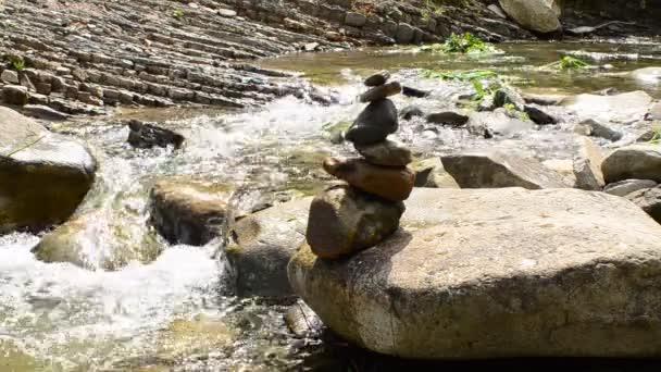 Balanční kámen na říčním pobřeží. Střílení na horskou řeku.