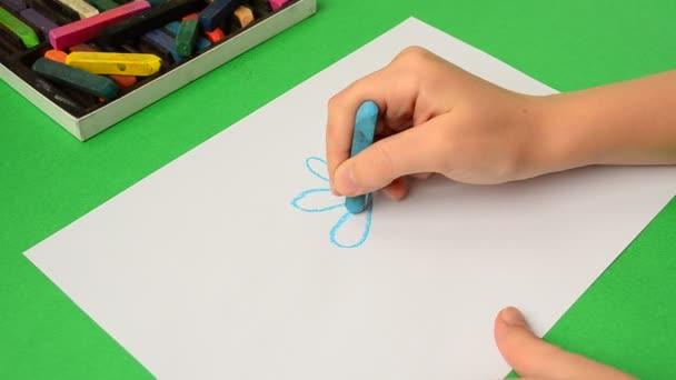 A gyerekek rajzai papíron. Egy virág rajza.