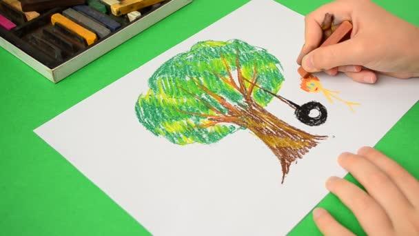 A gyerekek rajzai papíron. Rajz egy fa és swing.