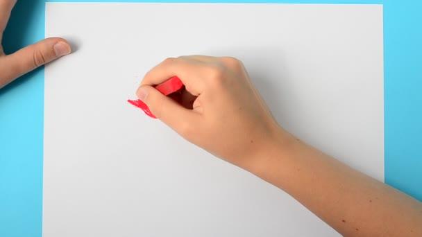 Rajzolj egy virágot. A gyerek rajzolja a képet..