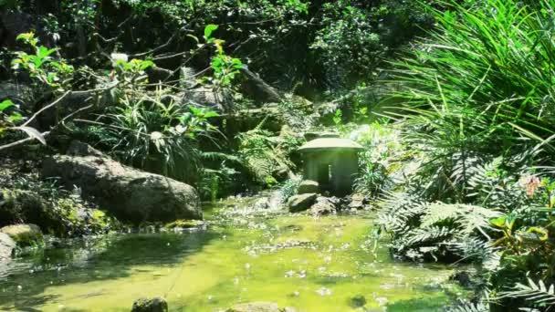 Bach in einem Garten. Japanischer Garten.
