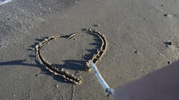 Dvě srdce na písku, pláž. Fotografování na pláži.
