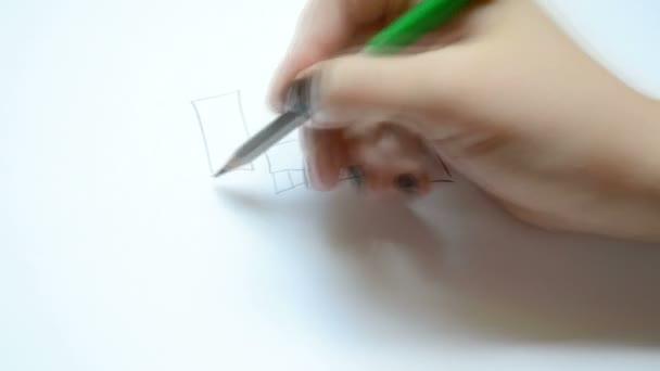 A nő rajzol egy ceruzát egy családnak. Rajzolási folyamat.