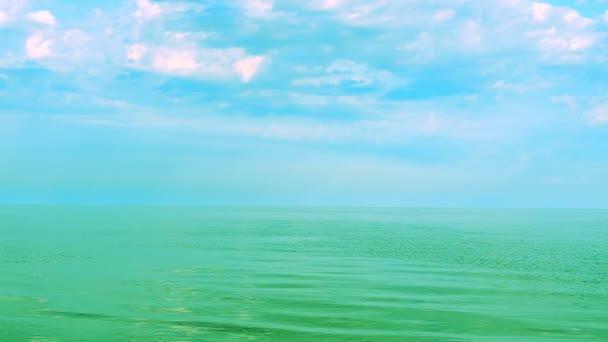 Moře a mraky a racci. Mořská krajina.