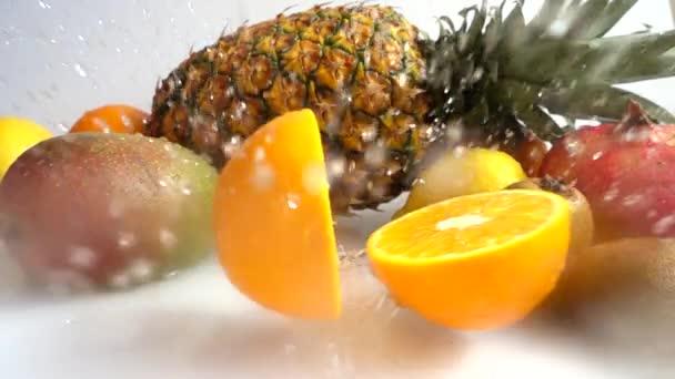 Őszi narancs a háttérben a trópusi gyümölcsök. Lassú mozgás..