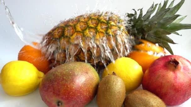Szaftos érett trópusi gyümölcsök. Lassú mozgás..