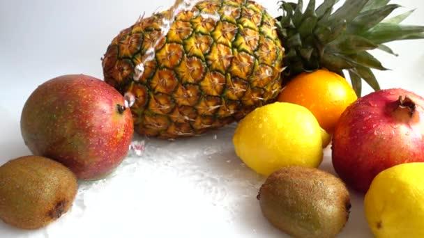 Pád pomeranče. Šťavnaté zralé tropické ovoce. Zpomalený pohyb.