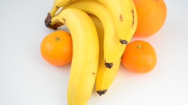 Banány na bílém pozadí. Střílení banánů.