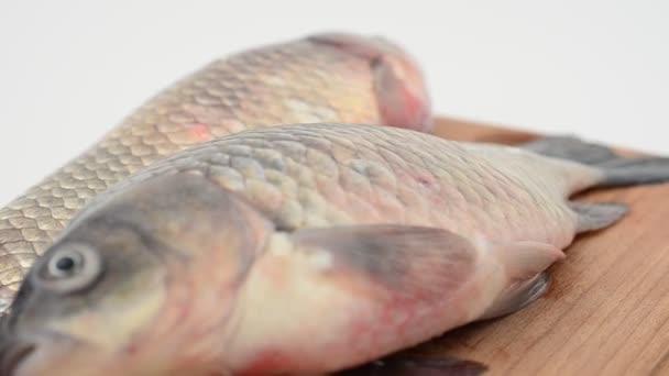 Crucians na sekací desce. Čerstvé ryby.