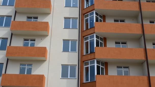 Bytový dům. Natáčení domu, stavební moment. Natáčení fasády domu.
